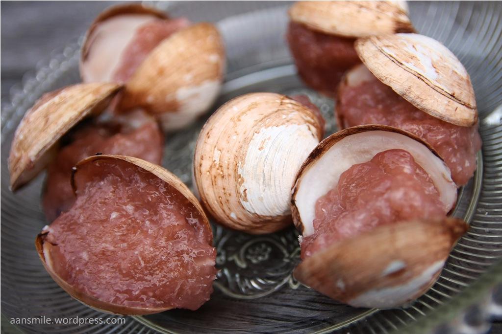 JAYAPURA_Nor Hsori terbuat dari kerang putih yang kedalamnya dimasukkan adonan sagu kering,parutan kelapa,garam lalu direbus