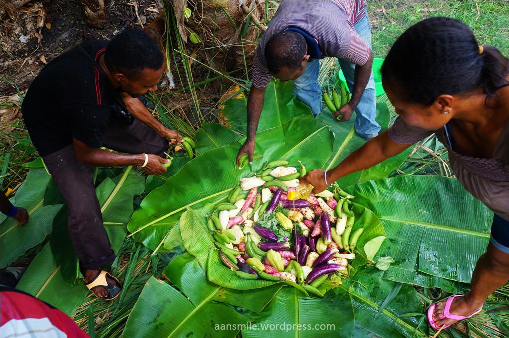 SENTANI_diatas batu yang dibakar ditutup oleh daun pisang kemudian aneka umbi dan bahan makanan lainnya ditaruh diatasnya